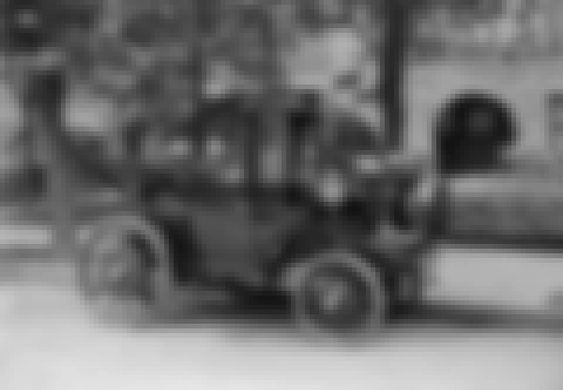 Hieno pariskunta vanhassa sähköautossa