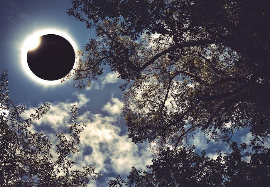 Hur uppstår solförmörkelser?