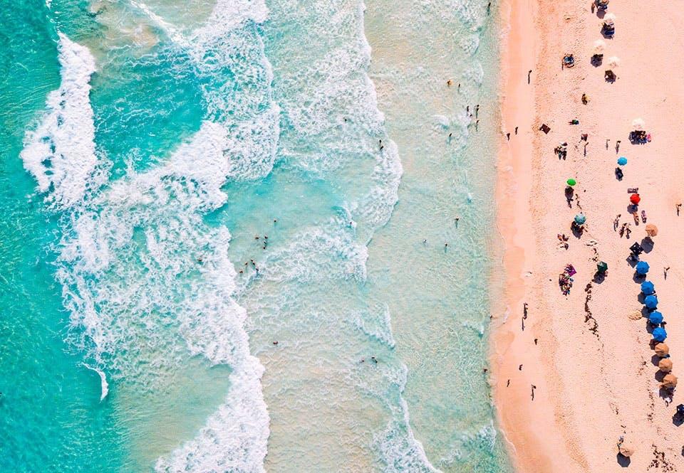 Aallot rannalla