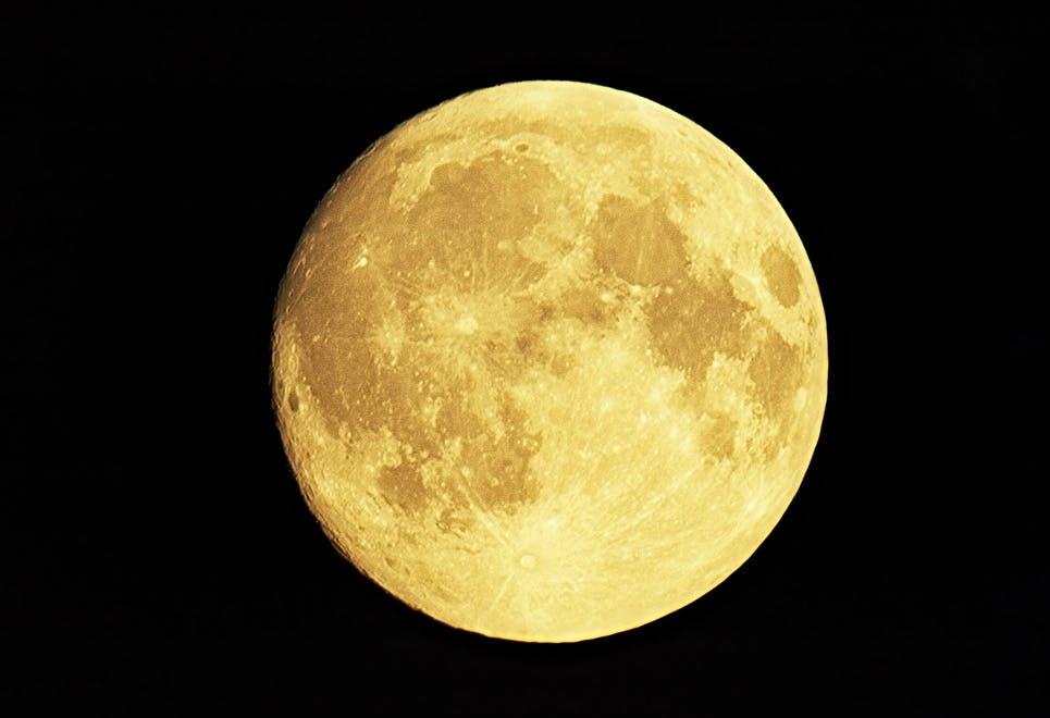 Månen skifter farve