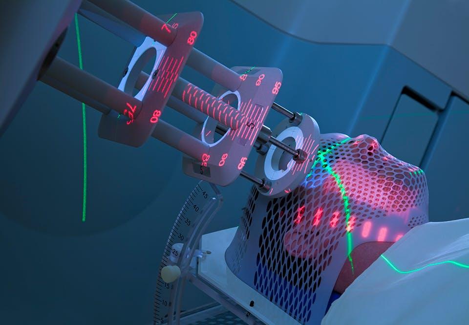 En strålekanon bestråler kræften udefra. Radioaktive stoffer kan også sprøjtes ind i kroppen.