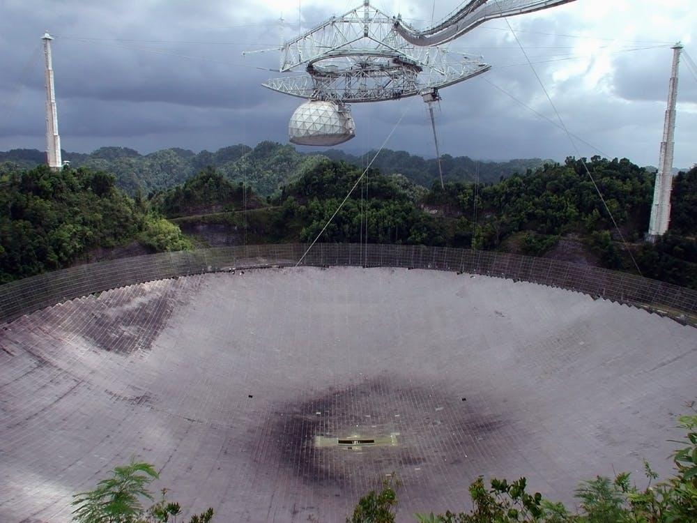 Det enorme Arecibo-teleskop i Puerto Rico har opfanget radiosignaler fra rummet
