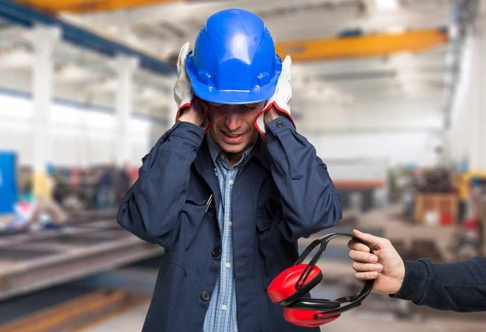 Mann med høretelefoner med støyreduksjon