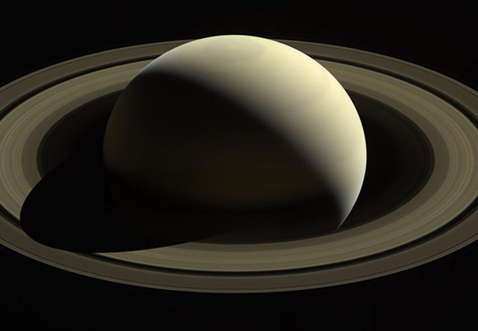 Saturnus nordpol ändrar färg från blått till guld