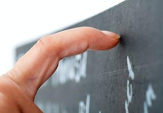 Nagels op het schoolbord