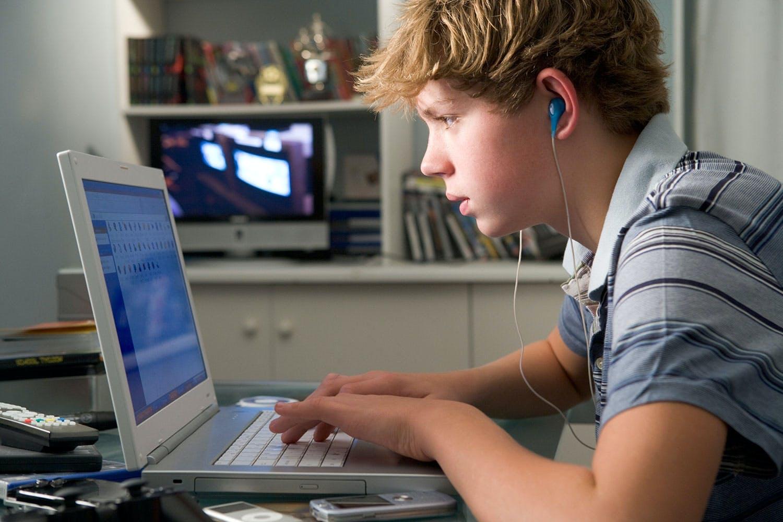 Tieners zitten urenlang achter het scherm