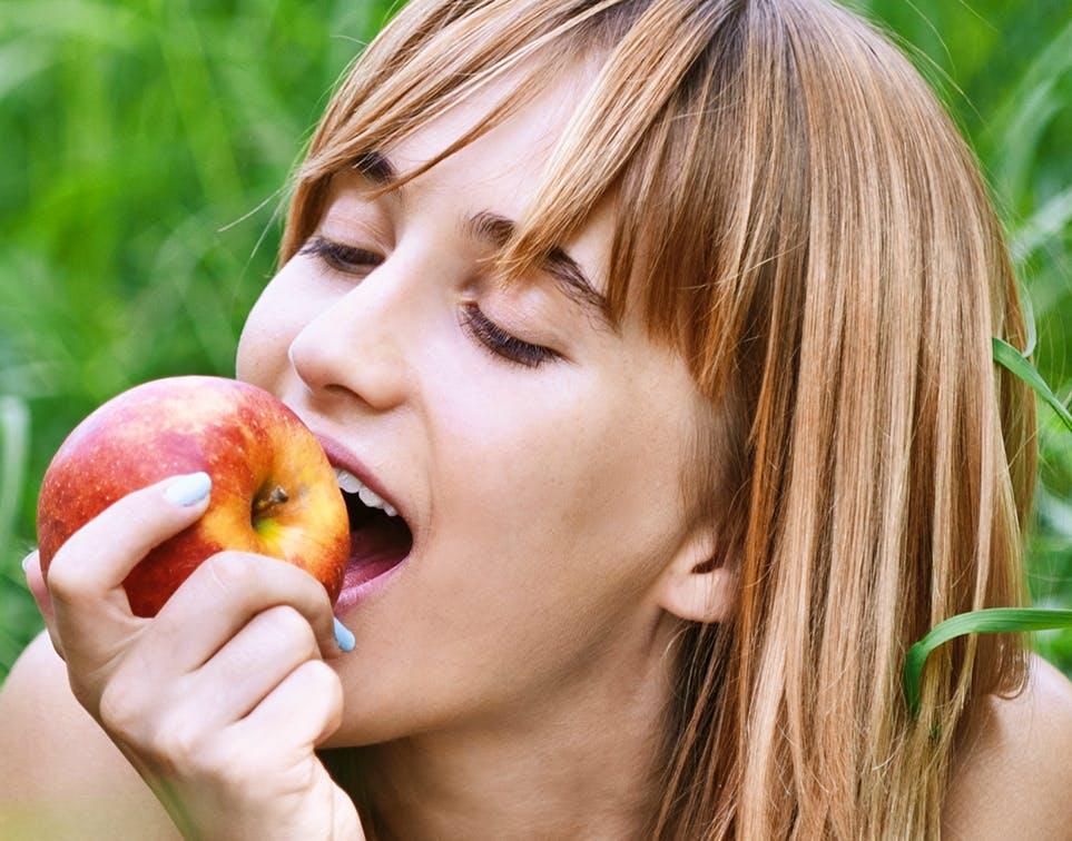 Vrouw eet appel
