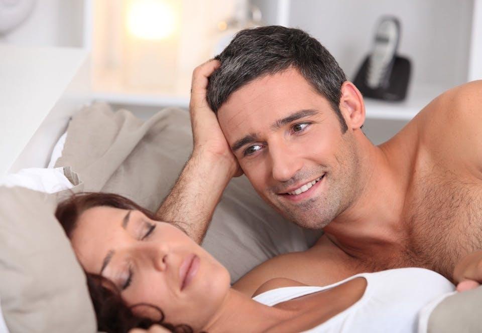 Sovende kvinde med mand