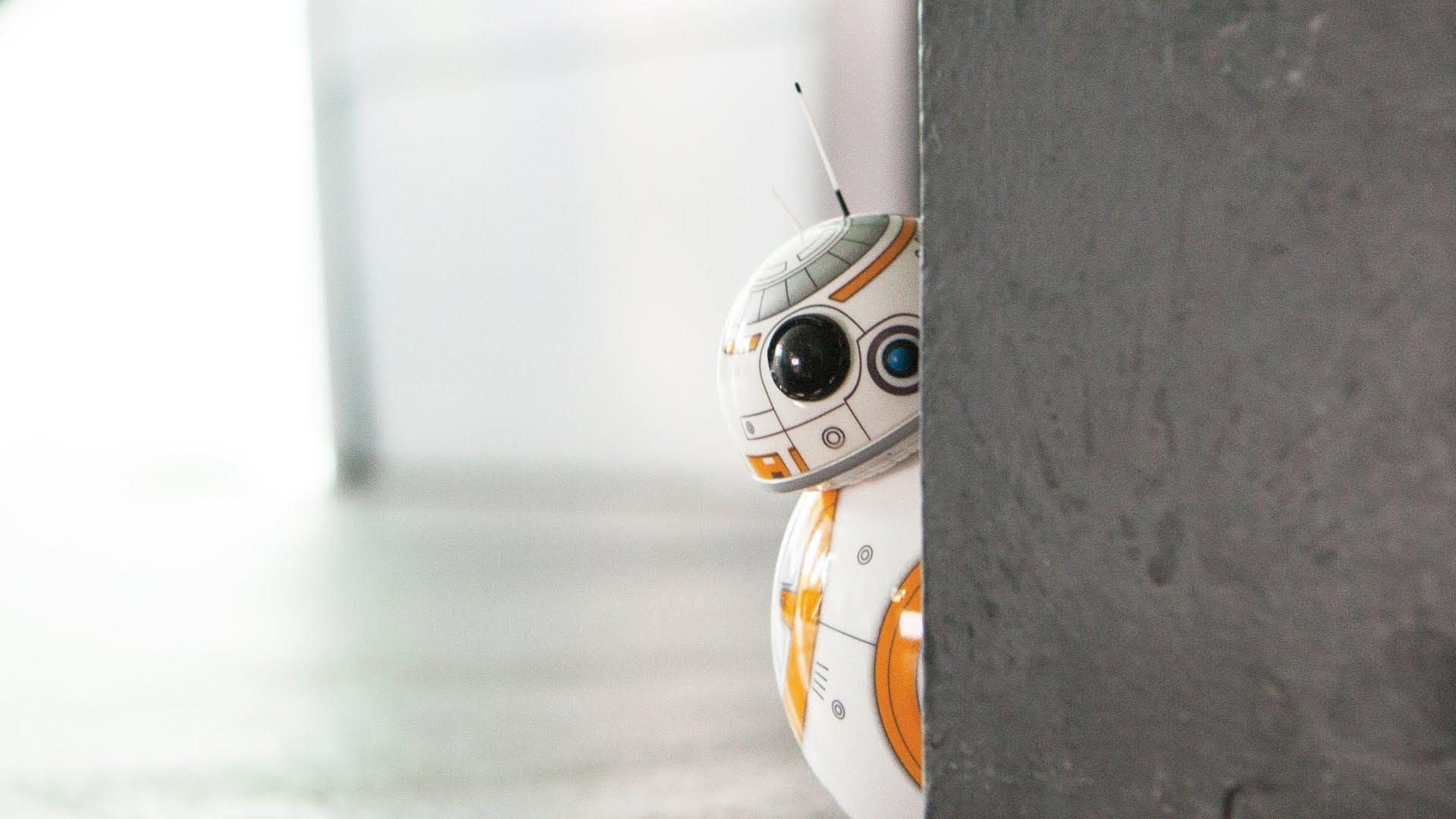 BB-8 Peek