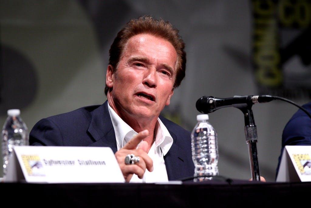 Arnold Schwarzenegger puhuu