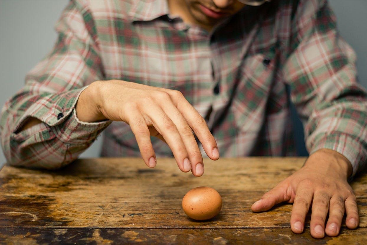 Miksi keitetty muna pyörii nopeammin kuin keittämätön?
