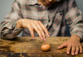 Waardoor draait een gekookt ei sneller dan een rauw ei?