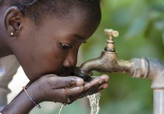 Pige drikker vand