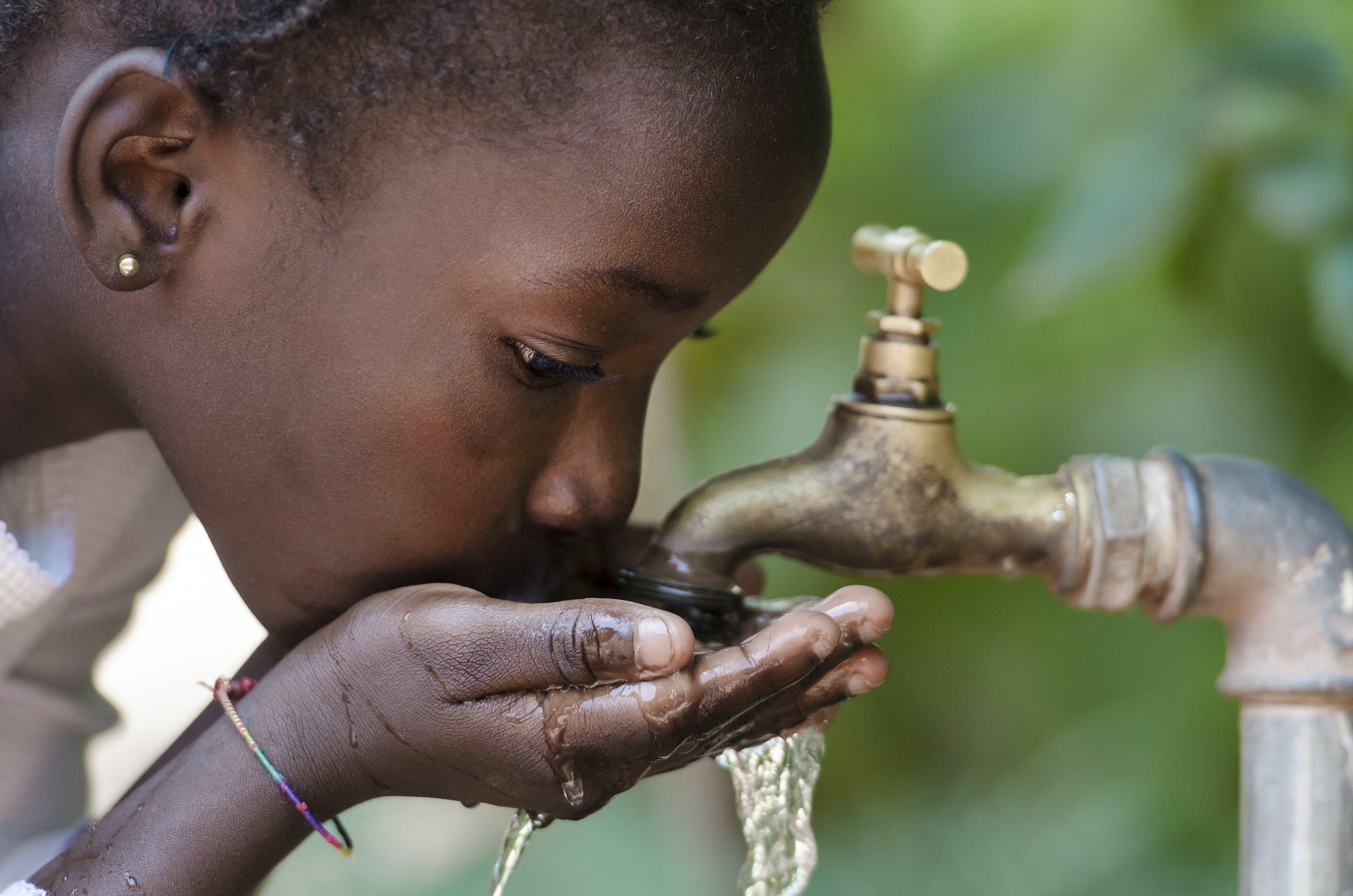 Flicka dricker vatten