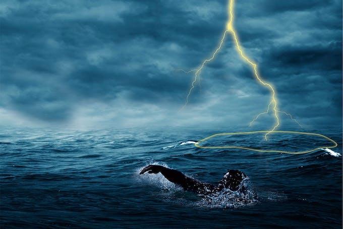 Zwemmen bij onweer is levensgevaarlijk