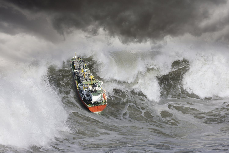 Monsterbølger sluker fraktskip