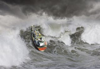 Monsterbølger sluger fragtskib