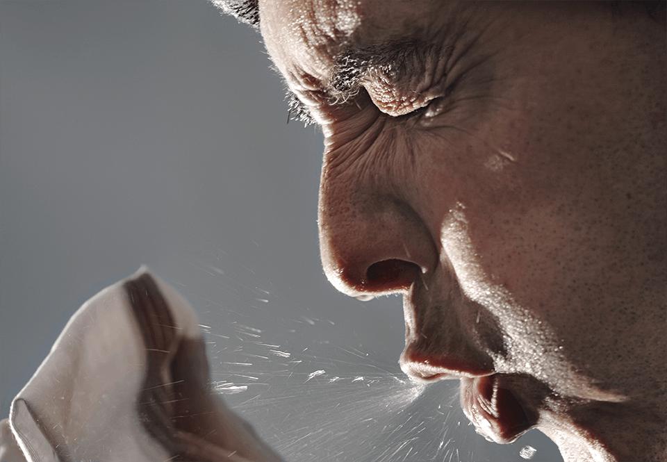 Bij een nies blaast een verkouden persoon 100.000 virusdeeltjes weg met zo'n 100 km/h.