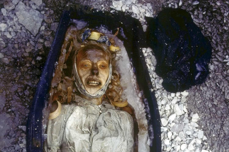 Stoker John Torrington werd als een van de weinige bemanningsleden begraven in een kist. De rest van de 130-koppige bemanning verging langst de IJszeekust.