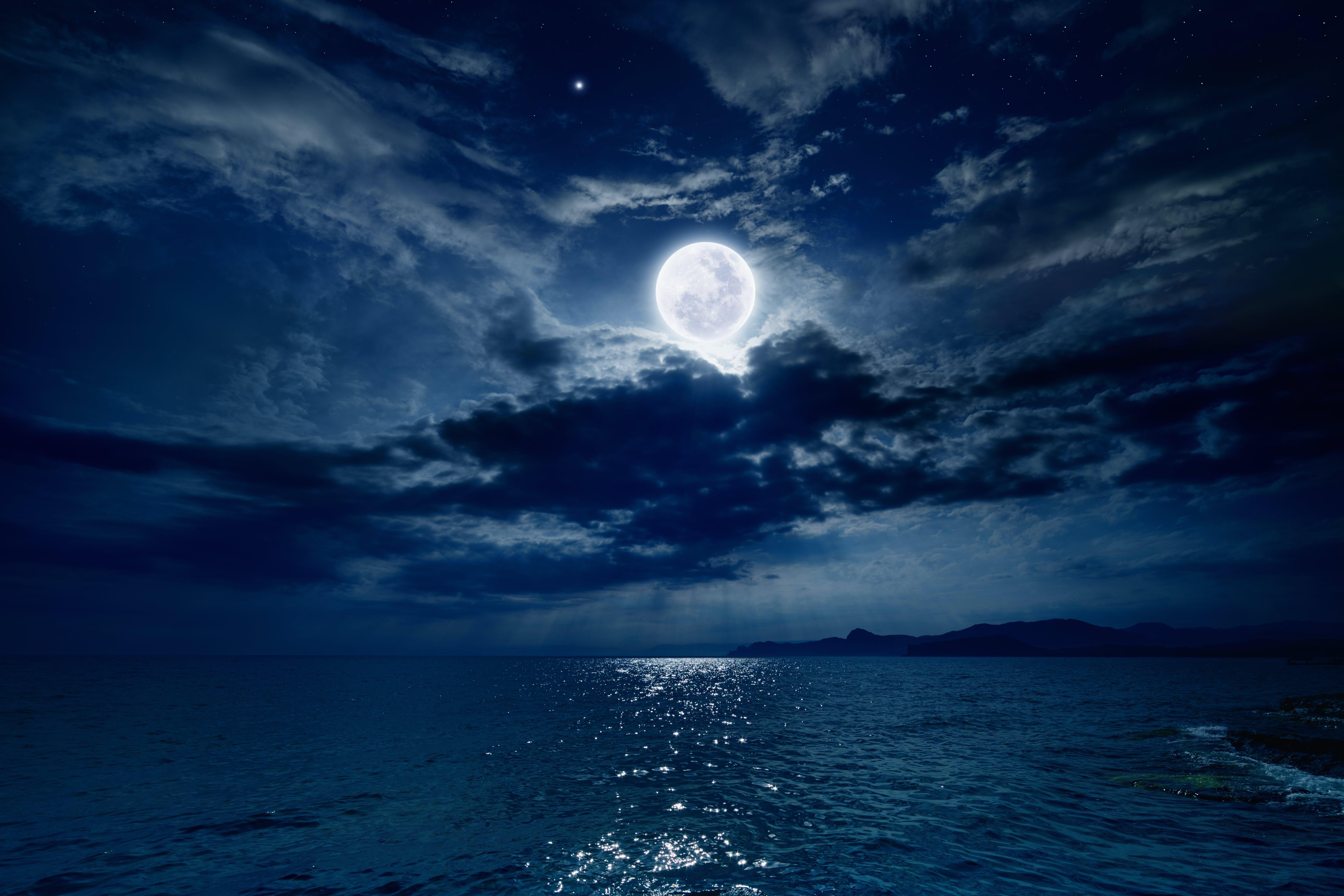 Varför lyser månen så starkt?