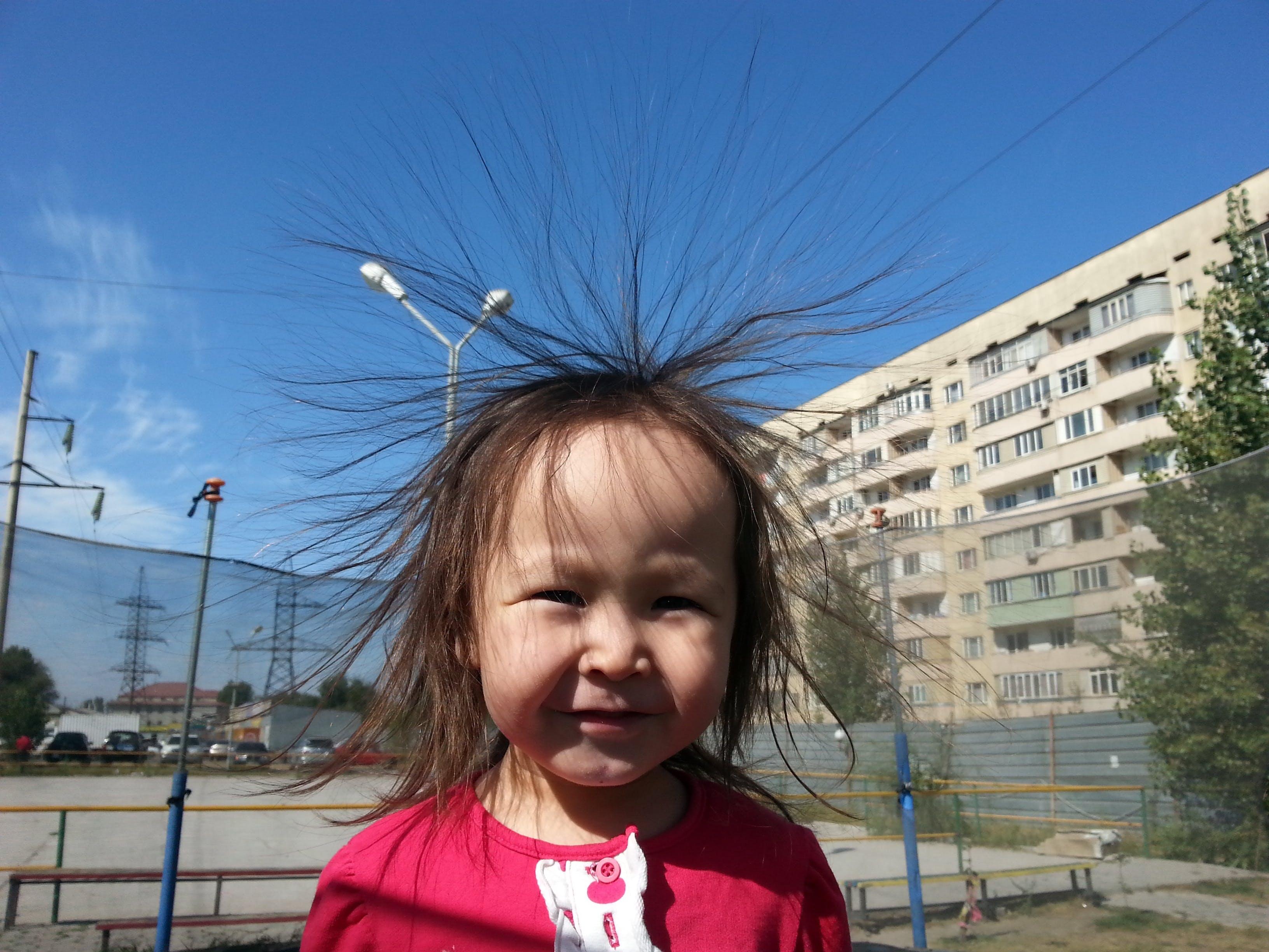 Statisk elektricitet - varför blir mitt hår elektriskt