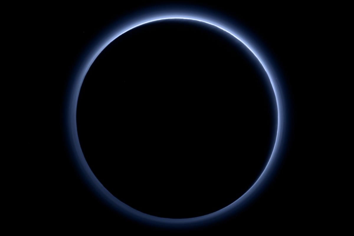 Pluto, sininen taivas