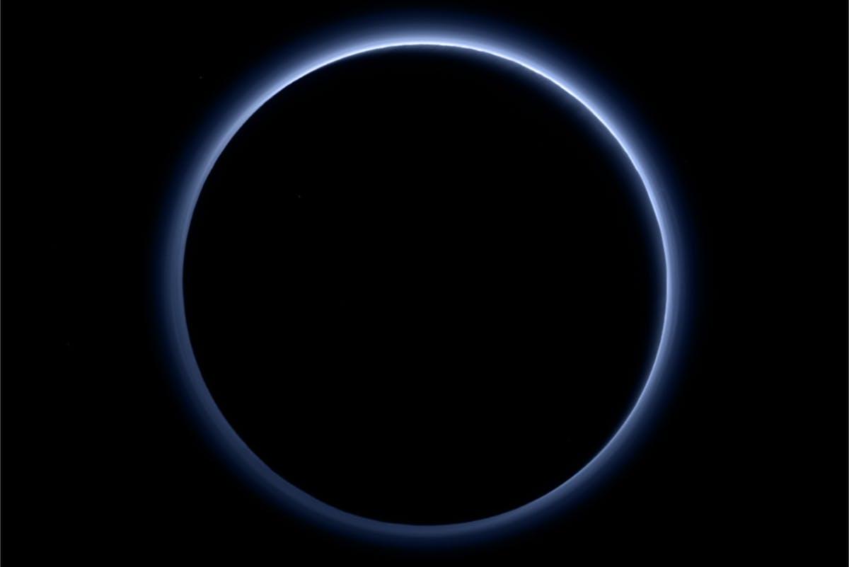 Pluto, blå himmel
