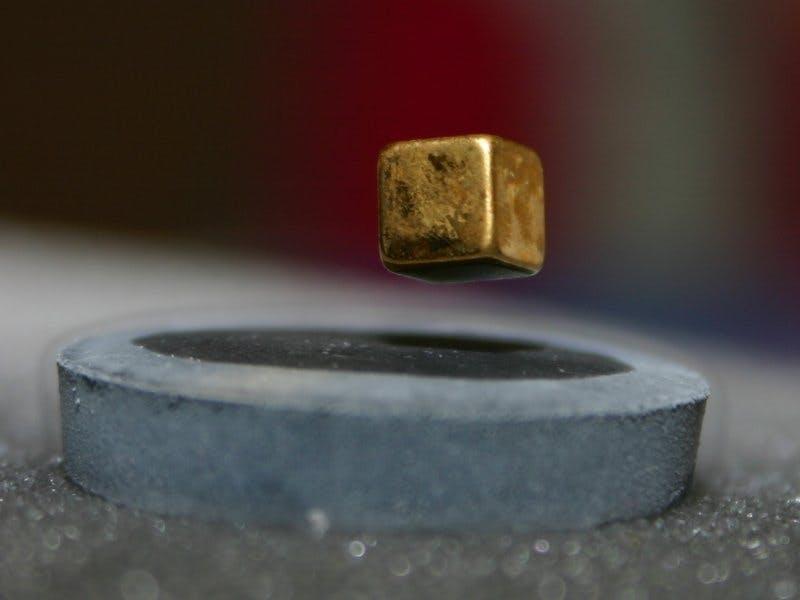 Superleder afstøder magnet