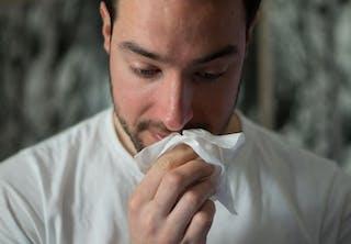 Pollenallergie: Man met hooikoorts