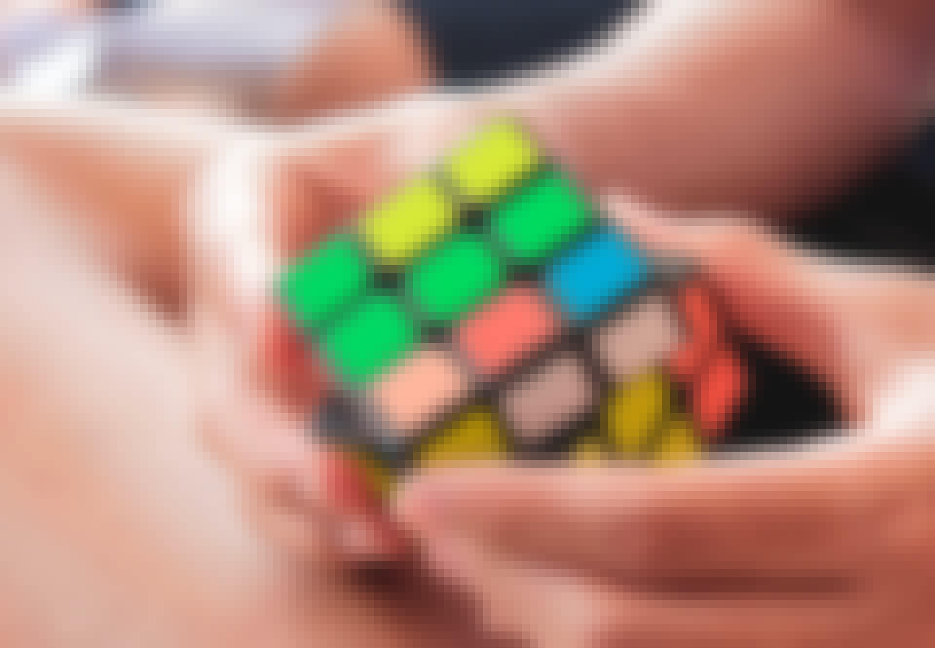 Mies ratkaisee Rubikin kuutiota