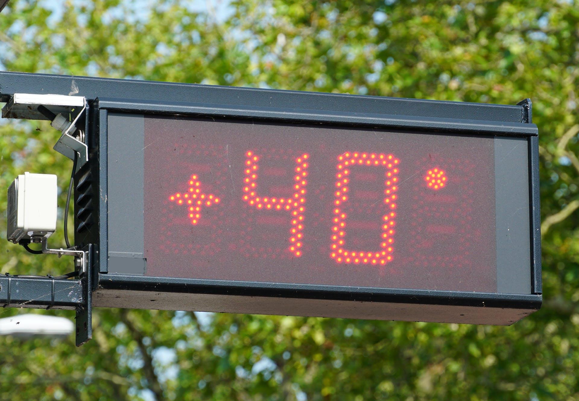 Juli heeft het warmterecord gebroken. Hier zie je een thermometer in Nederland die op 40 graden staat.