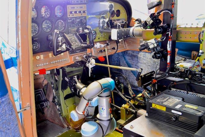 Robotten ROBOpilot flyver et fly for første gang.