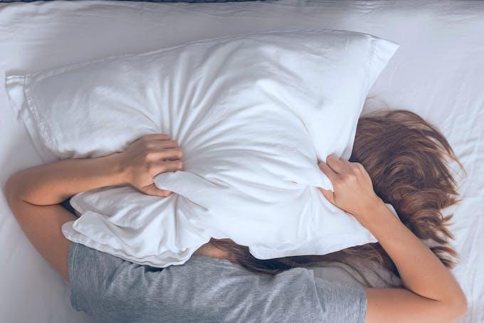 Kvinde har søvnproblemer og kan ikke sove