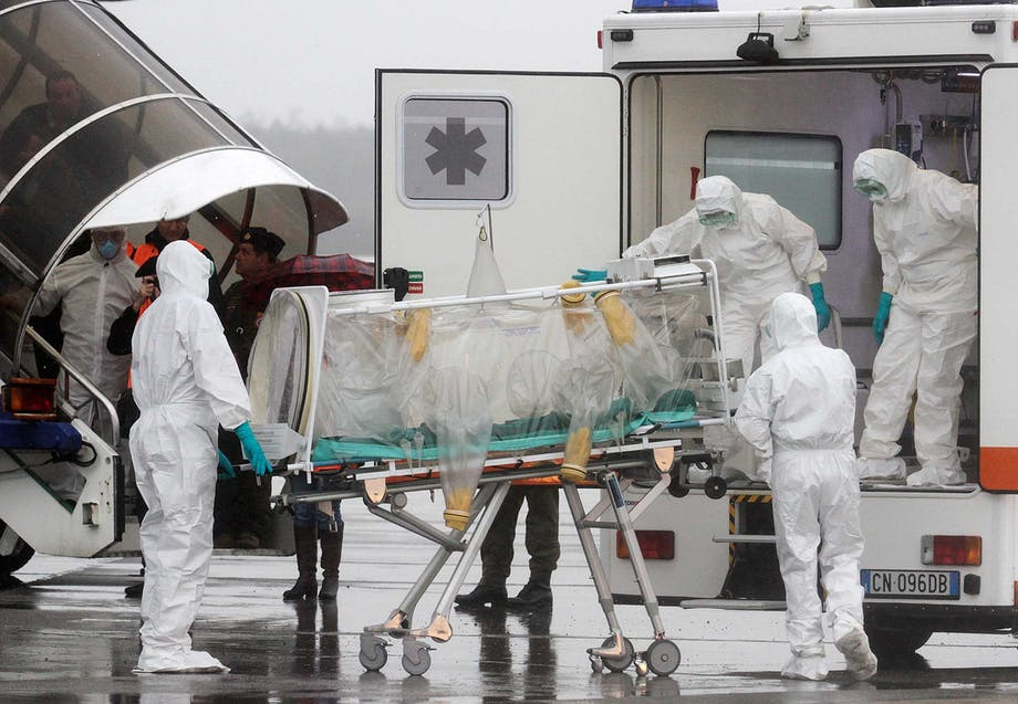 Læger transportere en patient med ebola