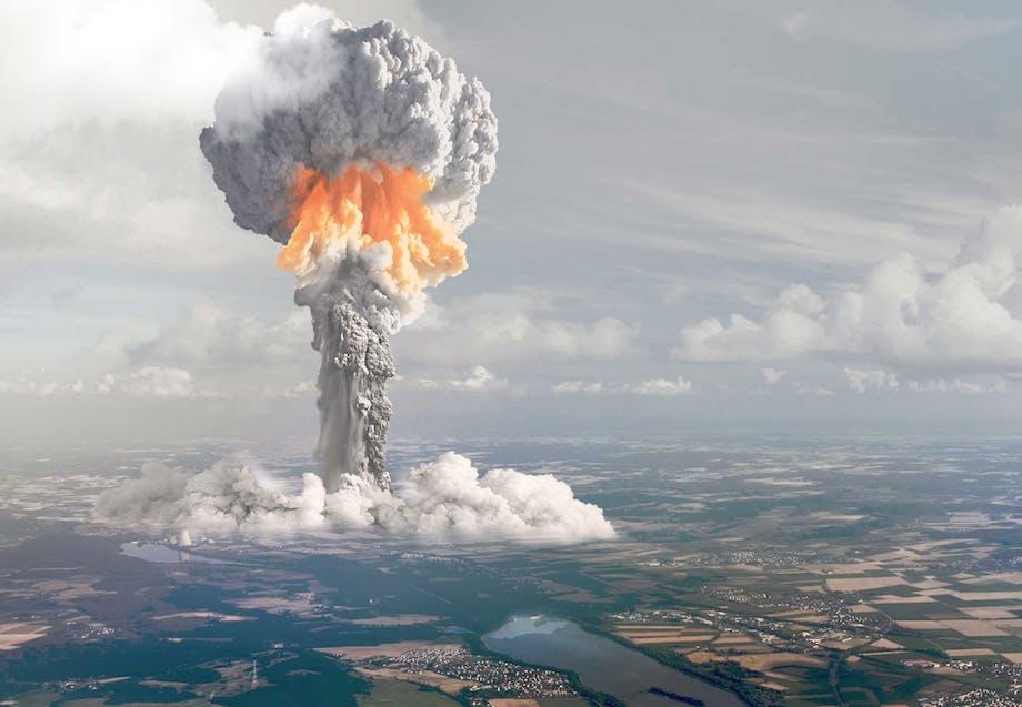 Atombombe sprænger over landskab ´