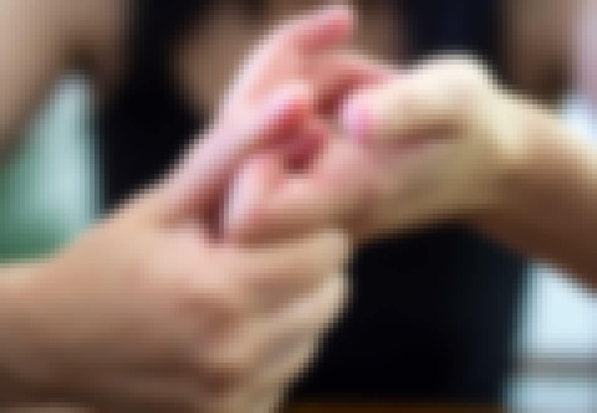 Kvinde knækker fingre