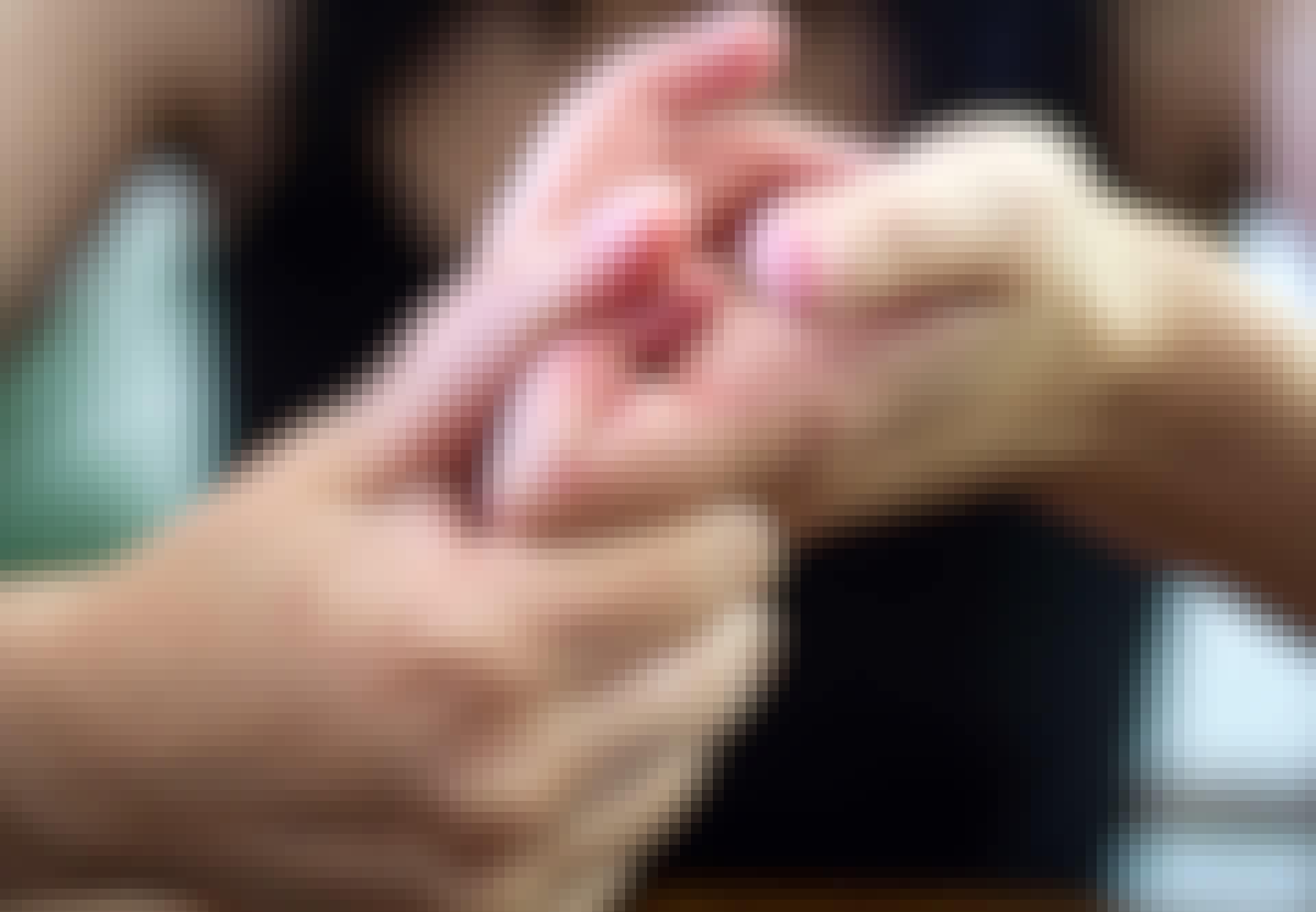 Kvinna knäcker fingrar