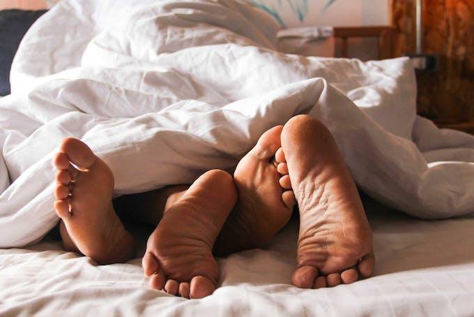 Twee mensen hebben seks onder de dekens