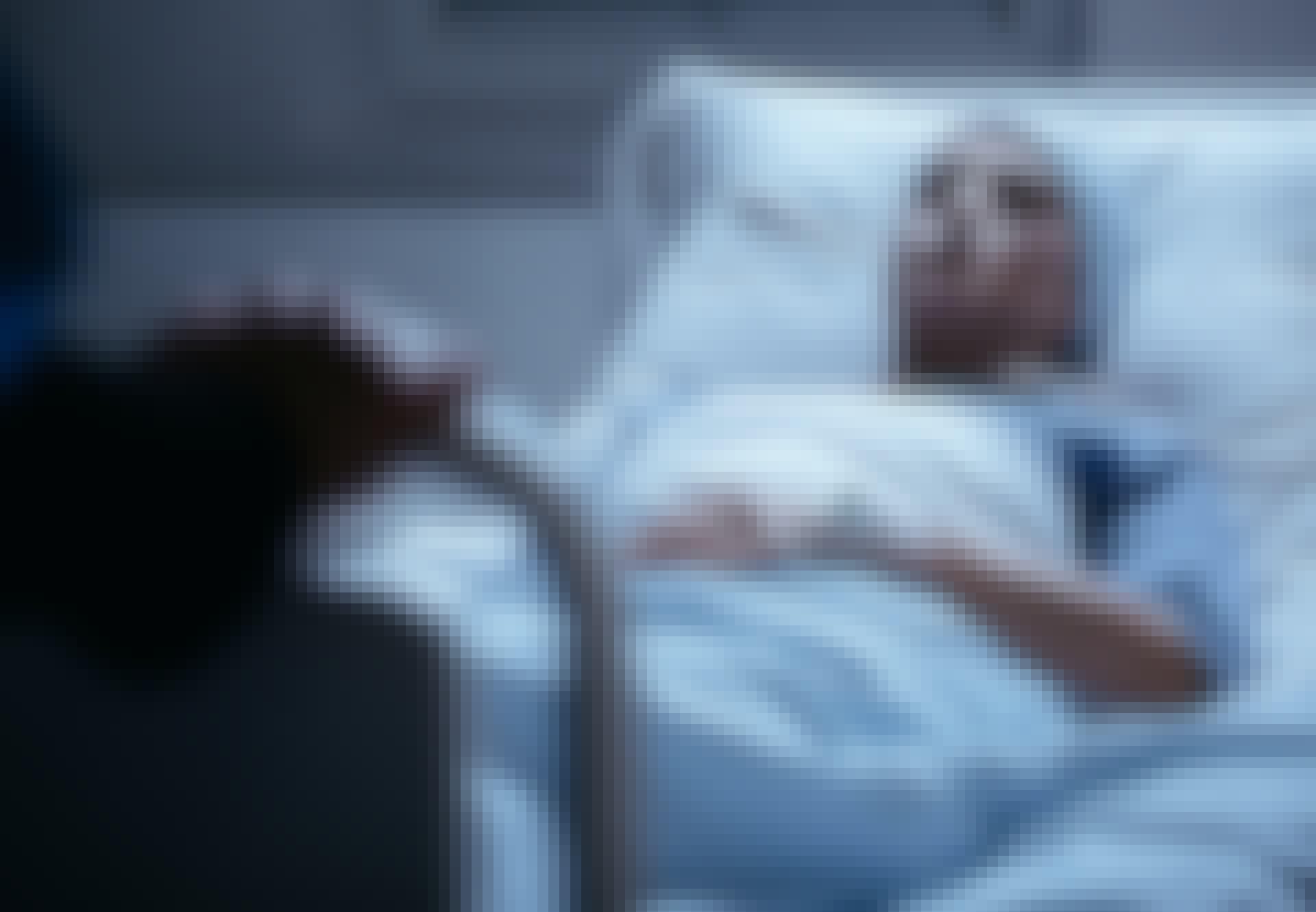 Kvinde ligger i seng og er blevet diagnosticeret med lungekræft.