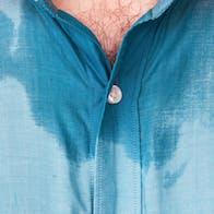 Mand lugter grimt af sved, fordi han har tre bakterier i sin armhule.