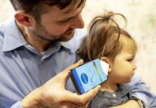 Barn får tjekket ørerne for mellemørebetændelse