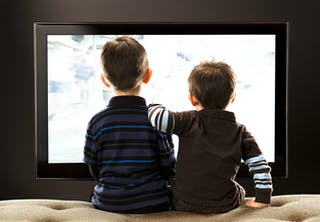 To drenge ser tv sammen