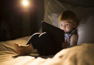 Langvarig eksponering for blåt lys, som det, der kommer fra telefoner, tablets, computere og nogle tv, kan påvirke din levetid - selvom det ikke skinner direkte i dine øjne.