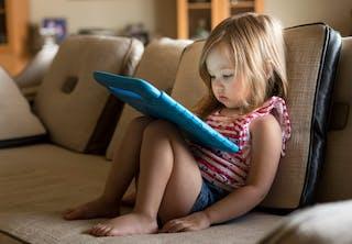 Skærmtid: Lille pige ser på tabletet