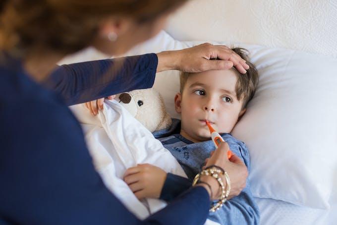 Dreng har feber og fryser