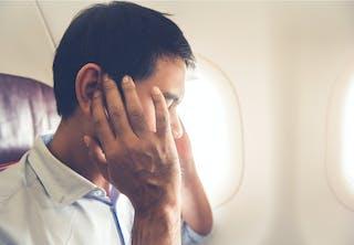 Vliegtuigpassagier met last van zijn oren
