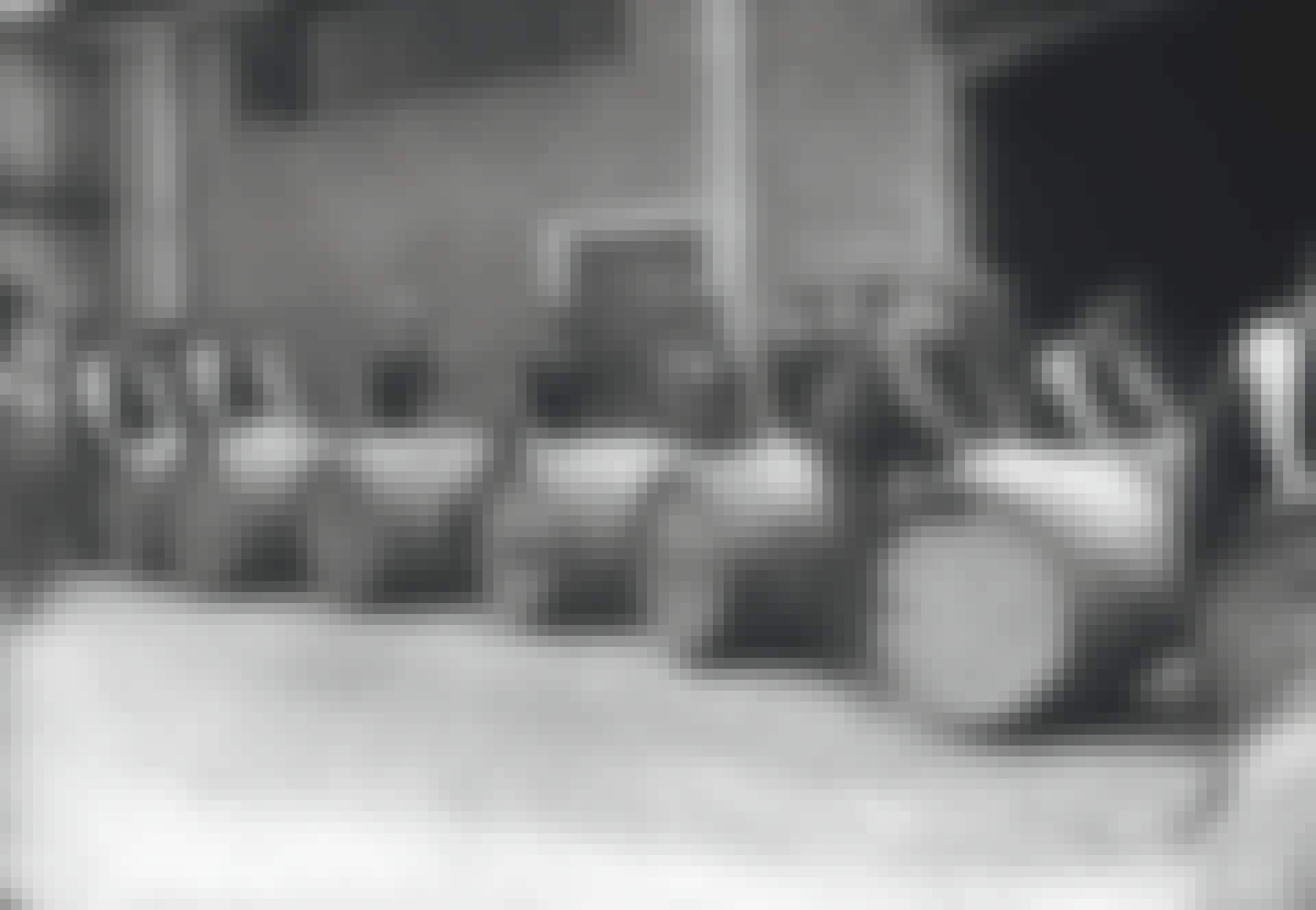 romtønder rulles af en række mænd