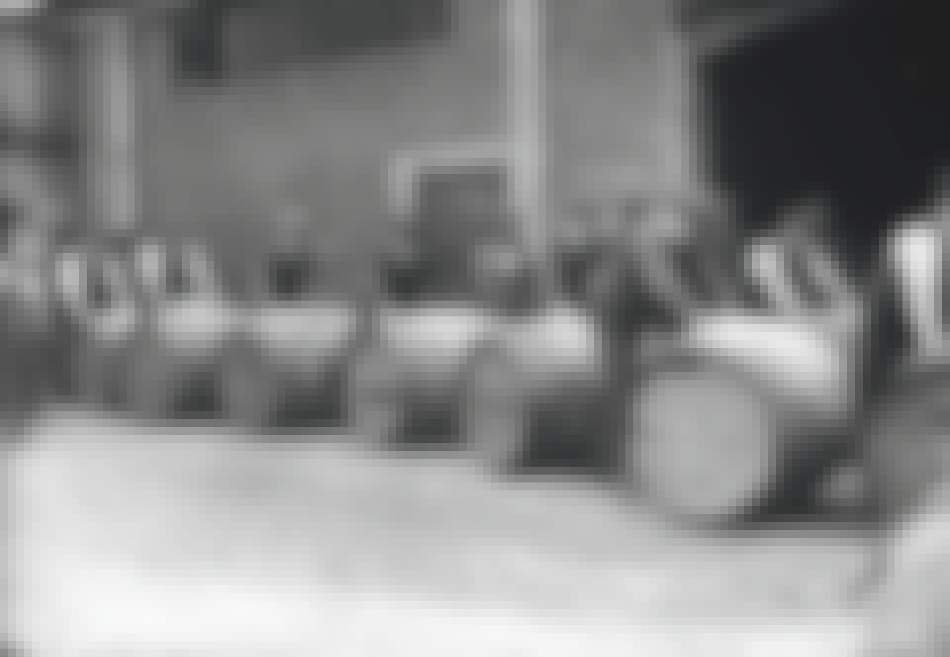 Romtunnor rullas fram av ett antal män