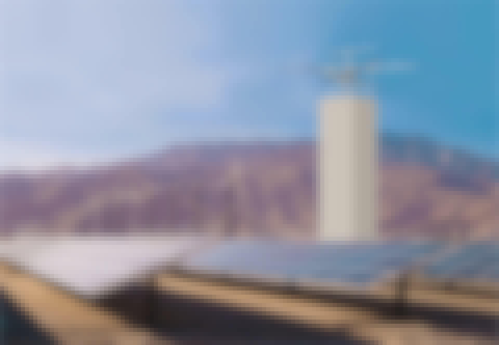 Illustration over Energy Vaults nye energilager - et tårn af betonklodser, der lagrer energi ved at blive bygget op brudt ned igen.