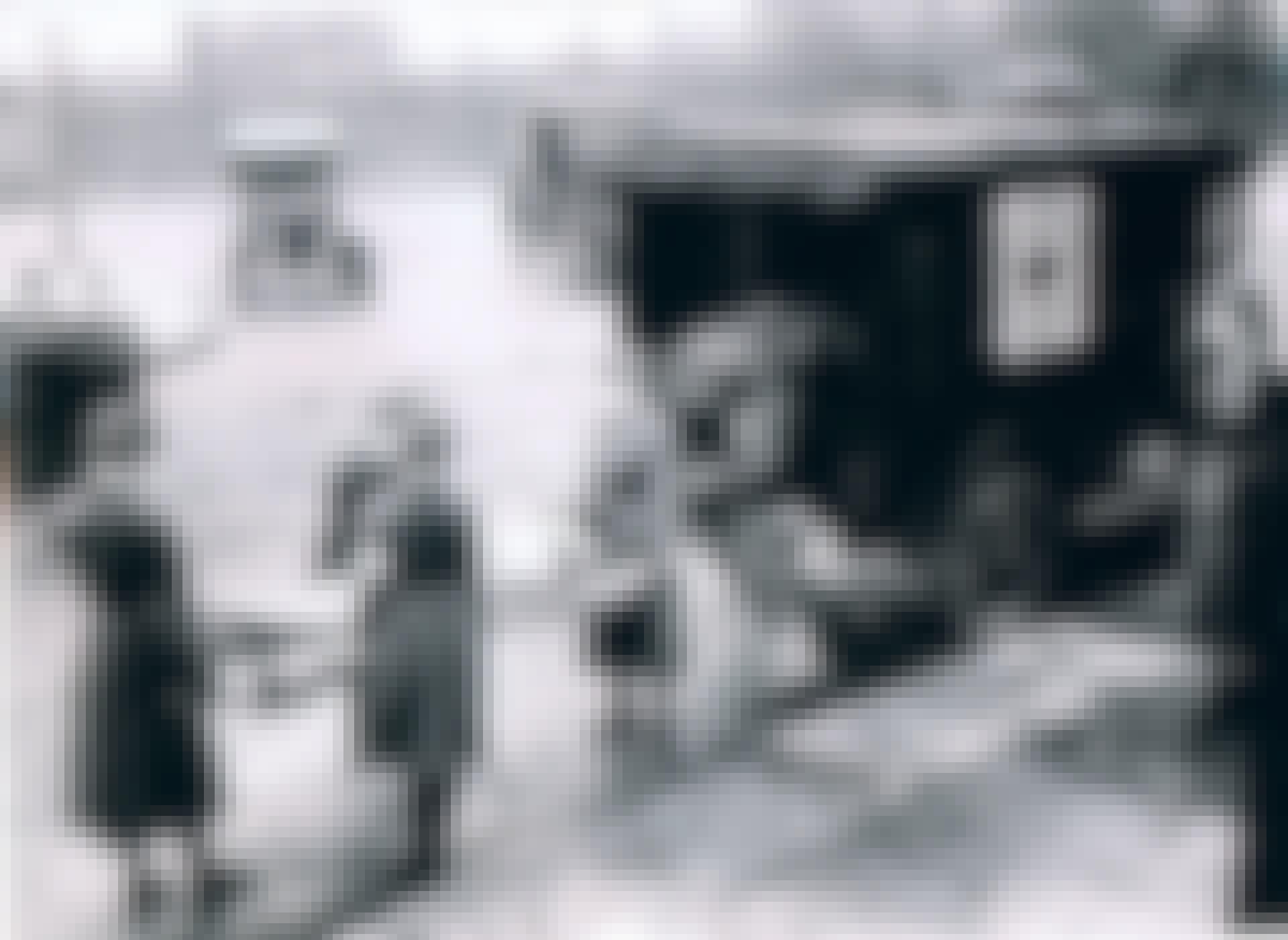 Medewerkers van het Rode Kruis vervoeren slachtoffers van de Spaanse griep
